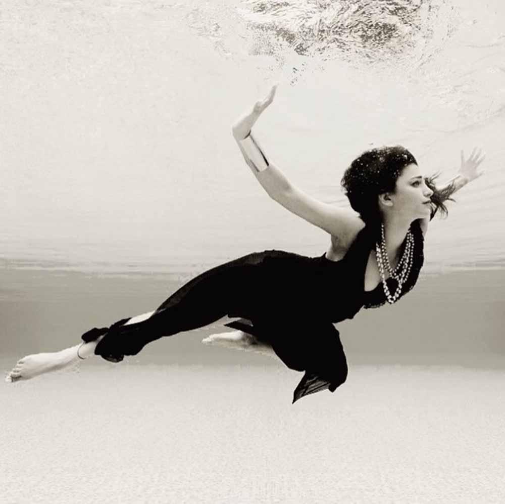 Shruti Haasan under water photo