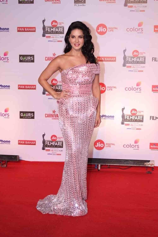 Sunny Leone in a bizarre attire at 63rd Jio Filmfare awards 2018