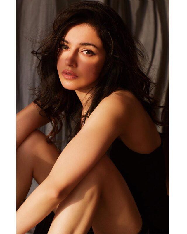 divya khosla kumar is looking gorgeous in black dress pictures