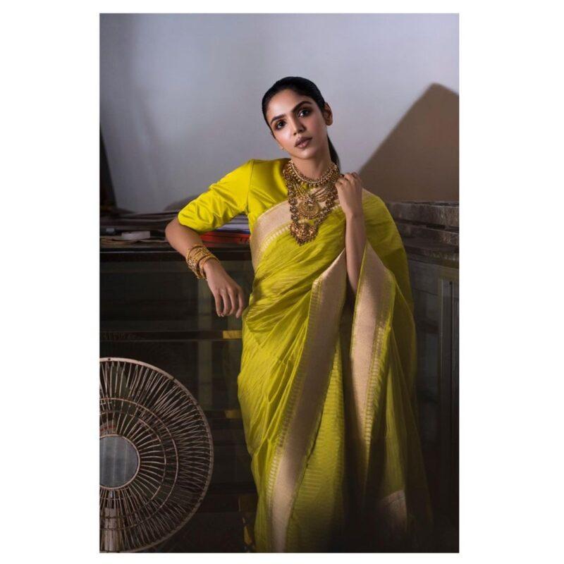shriya pilgaonkar is looking very hot in saree