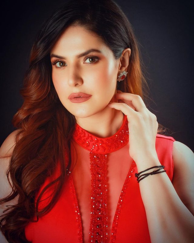 Beautiful Bollywood Actress in red hot gownr